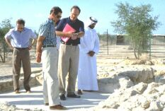 Prince Charles talking to Dr Geoffrey King at Sir Bani Yas site 3 (Photograph by ADIAS)